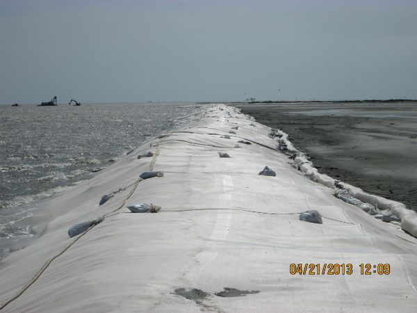 Breakwater covered with scour apron